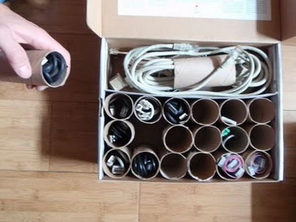 Los cables organizadores son caseros.