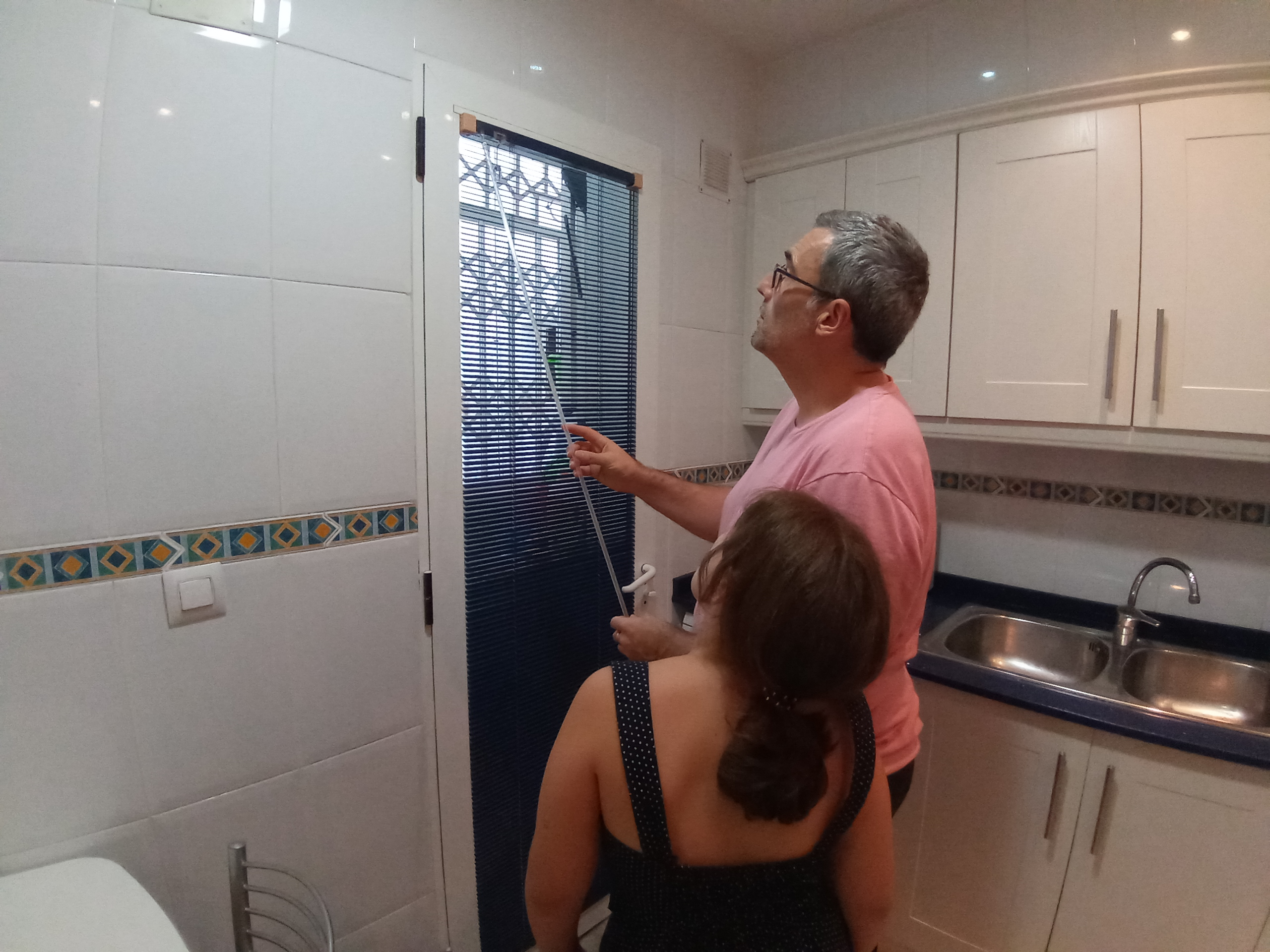 Instale la persiana en la puerta de la cocina.