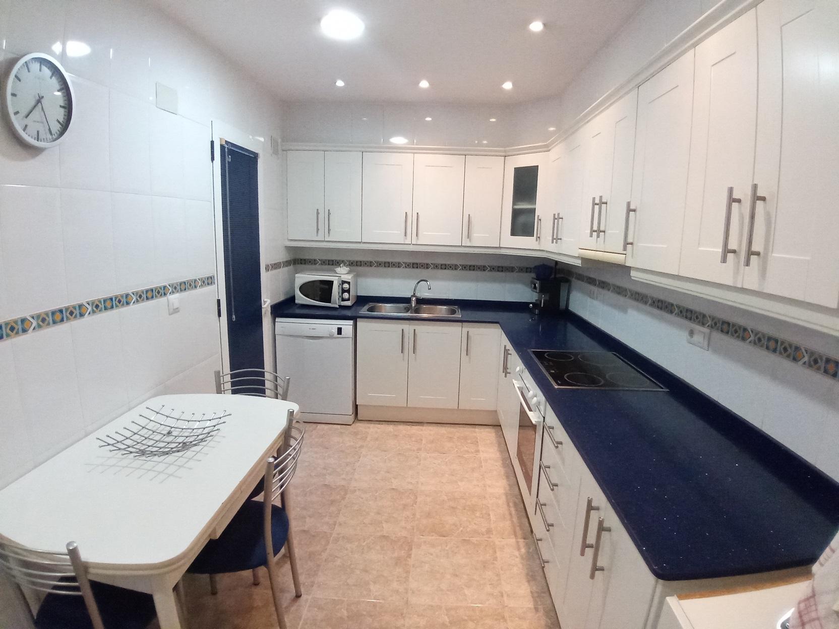cocina blanca y azul